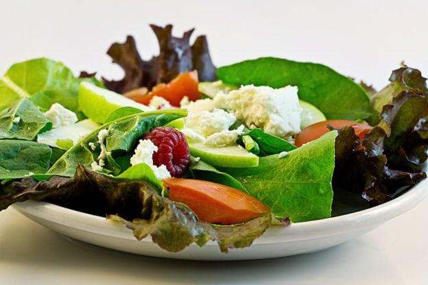 Salat og andet grønt på en tallerken