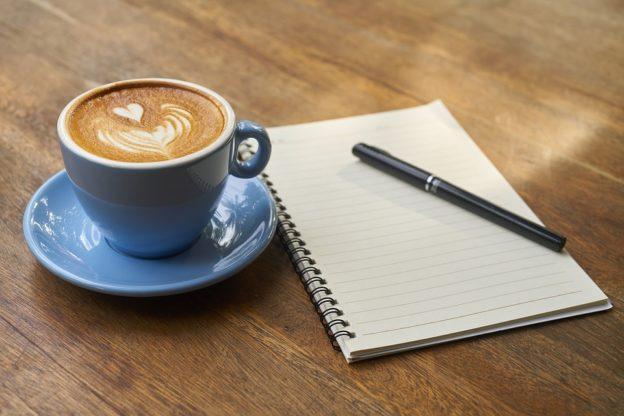 En kop kaffe og en blok
