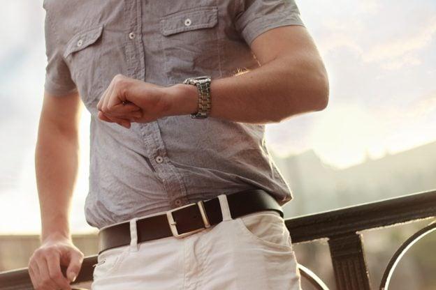 Mand i mode tøj og med ur