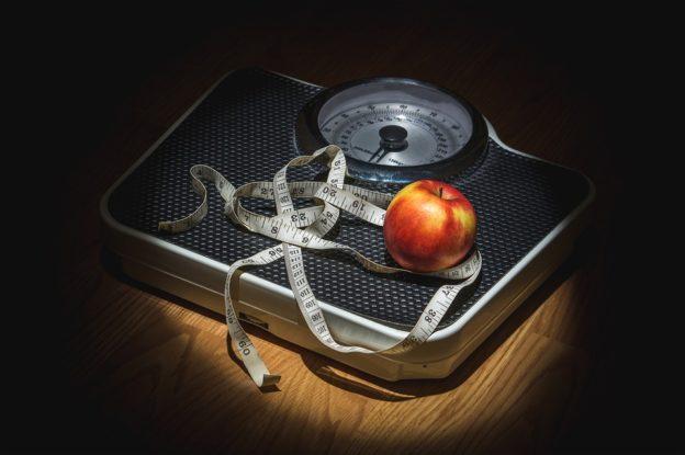 Badevægt, målebånd og et æble